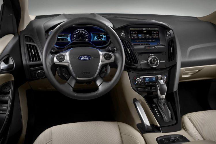 Рулевое колесо и панель приборов Ford Focus Electric