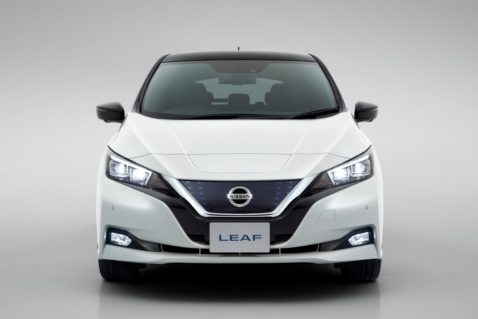 Передняя часть автомобиля Nissan Leaf 2018