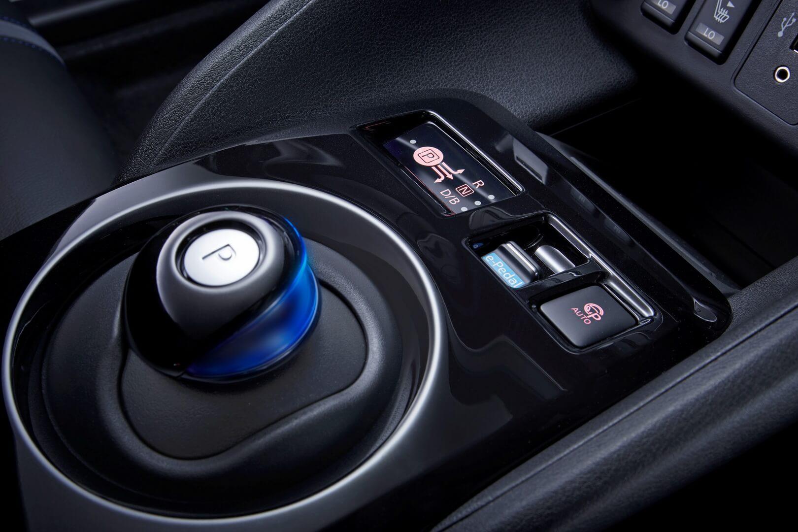 Автоматическая коробка передач и кнопки управления Nissan Intelligent Driving