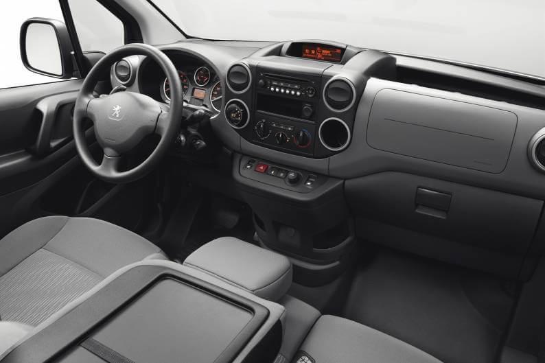 Приборная панель и передние сиденья Peugeot Partner Electric