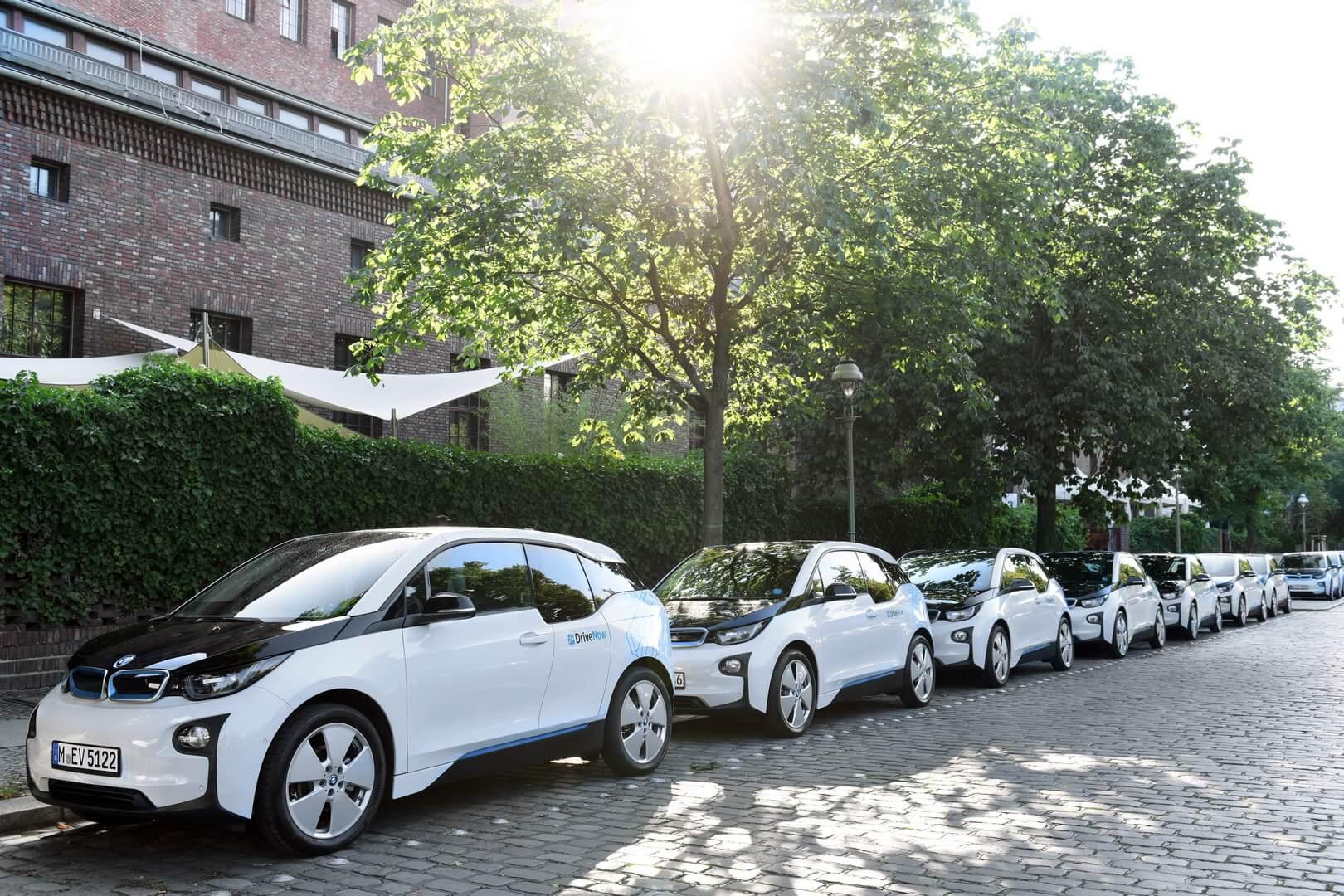 Электромобили BMW i3 поставщика услуг совместного использования автомобилей Share Now