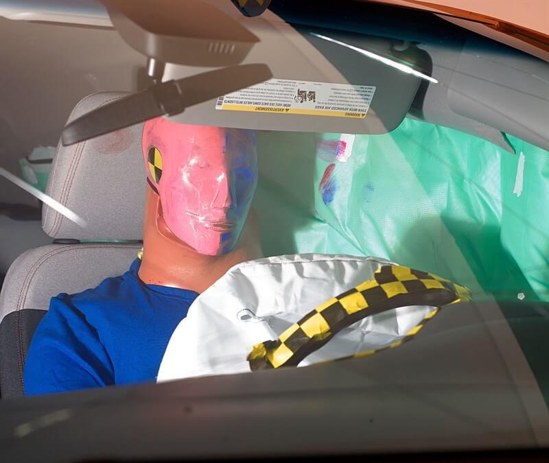 Указание соприкосновения головы с подушкой безопасности при движении вперед и назад