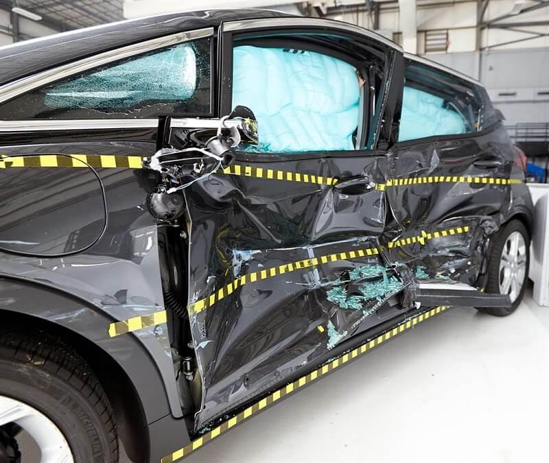 Вид Chevrolet Bolt EV 2017 средства сразу после бокового краш-теста