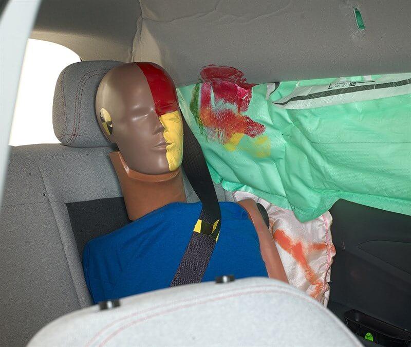 Голова заднего пассажира защищена боковой подушкой безопасности