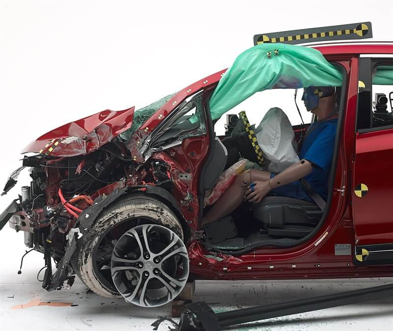 Положение манекена при лобовом столкновении Chevrolet Bolt EV 2017