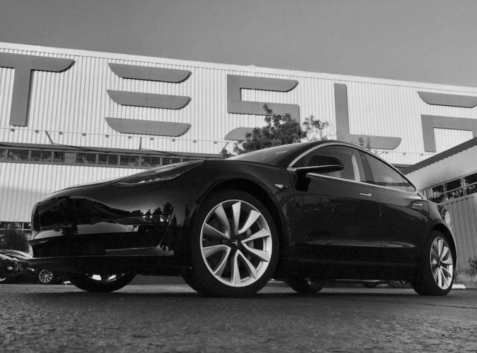 Первая черно-белая фотография серийного электромобиля Tesla Model 3