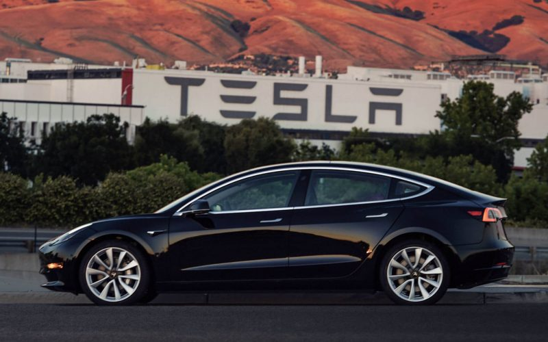 Первая официальная фотография серийного электромобиля Tesla Model 3