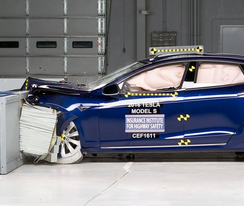 Первый лобовой краш-тест со смятием в фронтовой части электромобиля