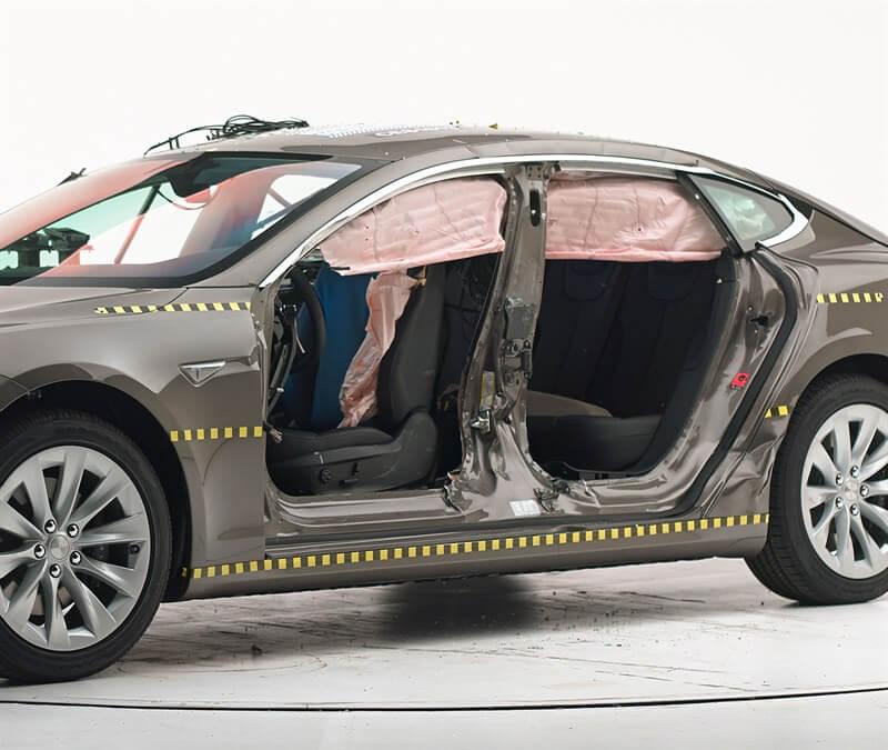 Вид автомобиля после аварии с удалением дверей
