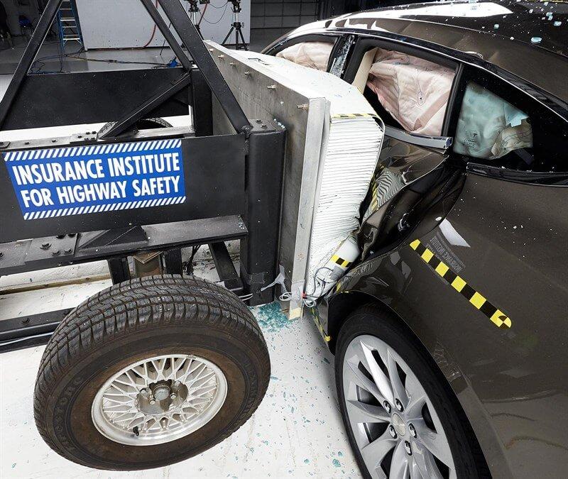 Вид транспортного средства и барьера сразу после краш-теста