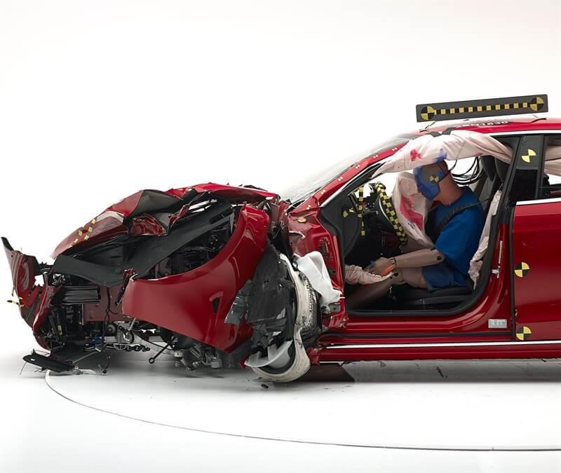 Положение манекена по отношению к дверной раме, рулевому колесу и приборной панели
