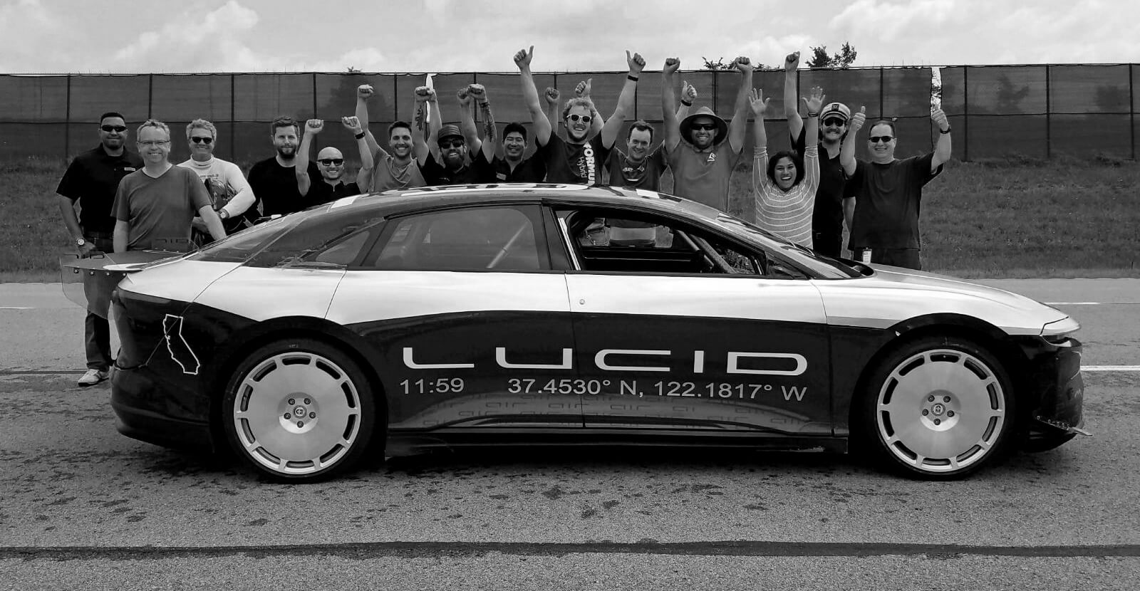 Команда Lucid Motors после 2 тест-драйва возле прототипа Lucid Air Alpha Speed Car