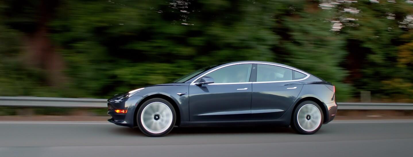 Базовый цвет Solid Black Tesla Model 3