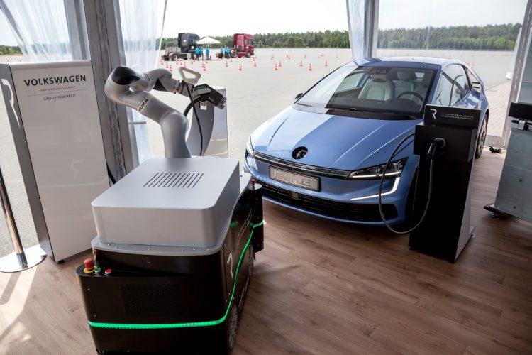 Volkswagen Gen.E на зарядке с роботом