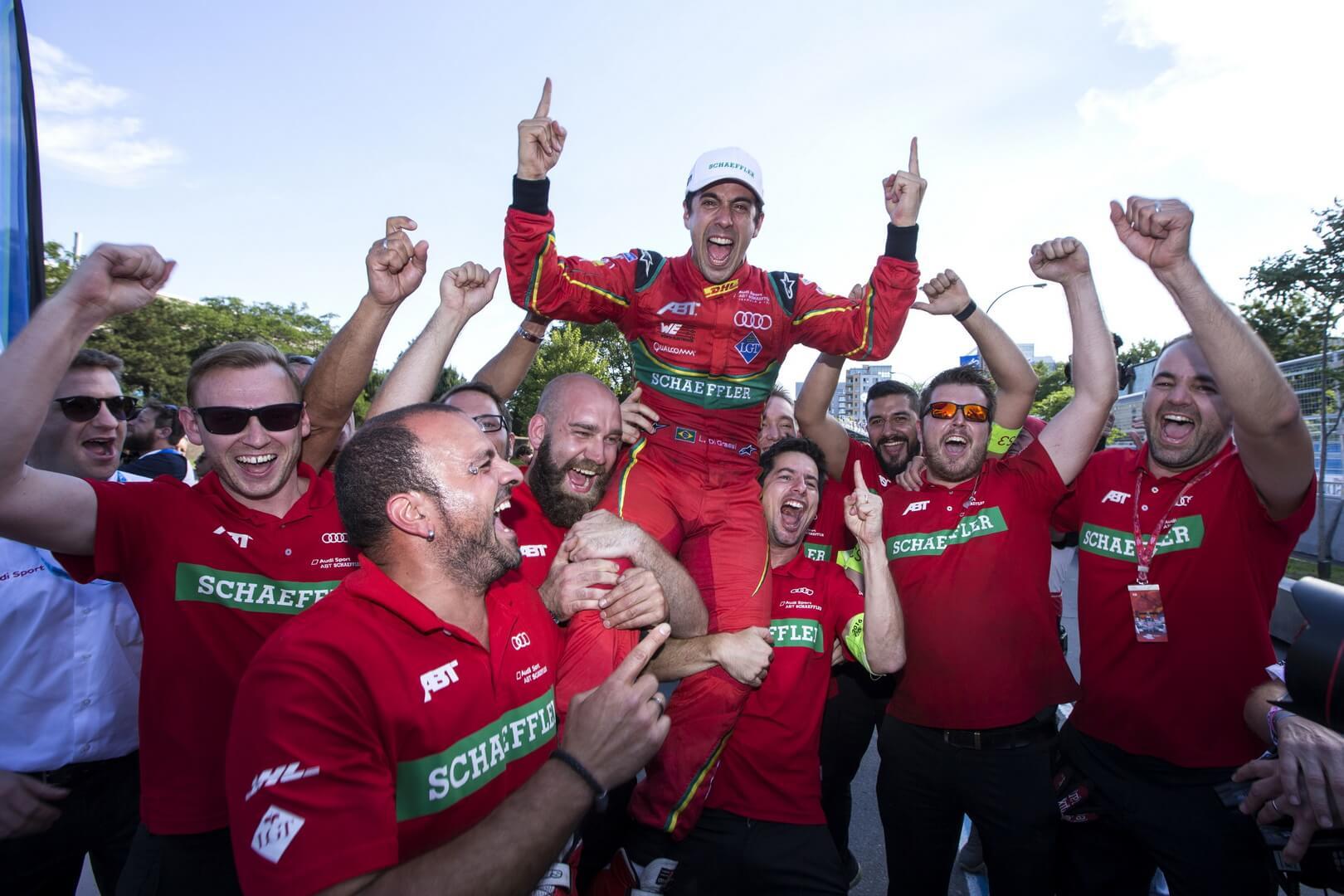Команда Audi со своим победителем Лукасом ди Грасси в Formula E 2016/2017