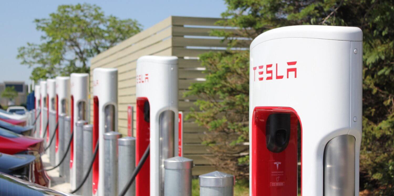 Зарядная станция для электромобилей Tesla Supercharge