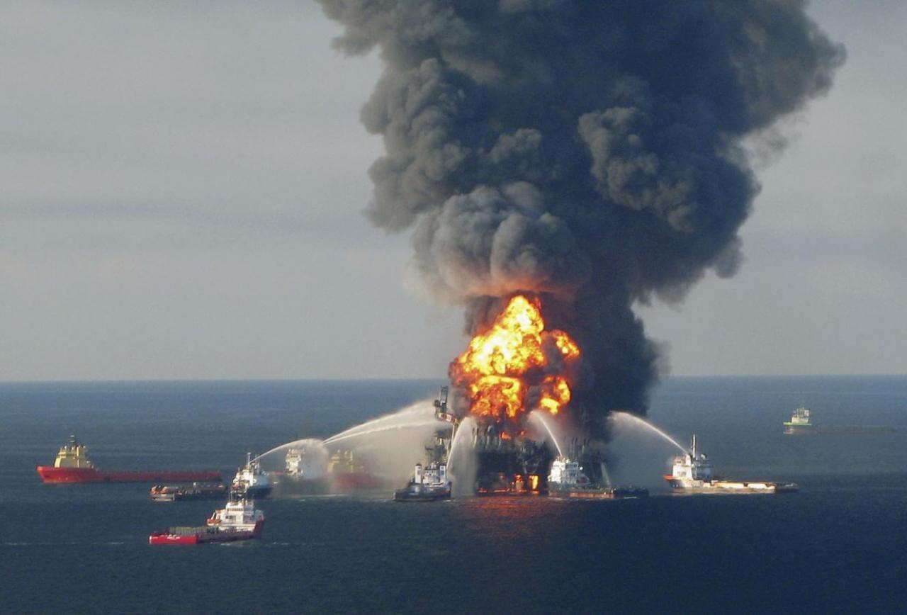 Взорвавшаяся нефтяная платформа Deepwater Horizon у побережья Мексиканского залива