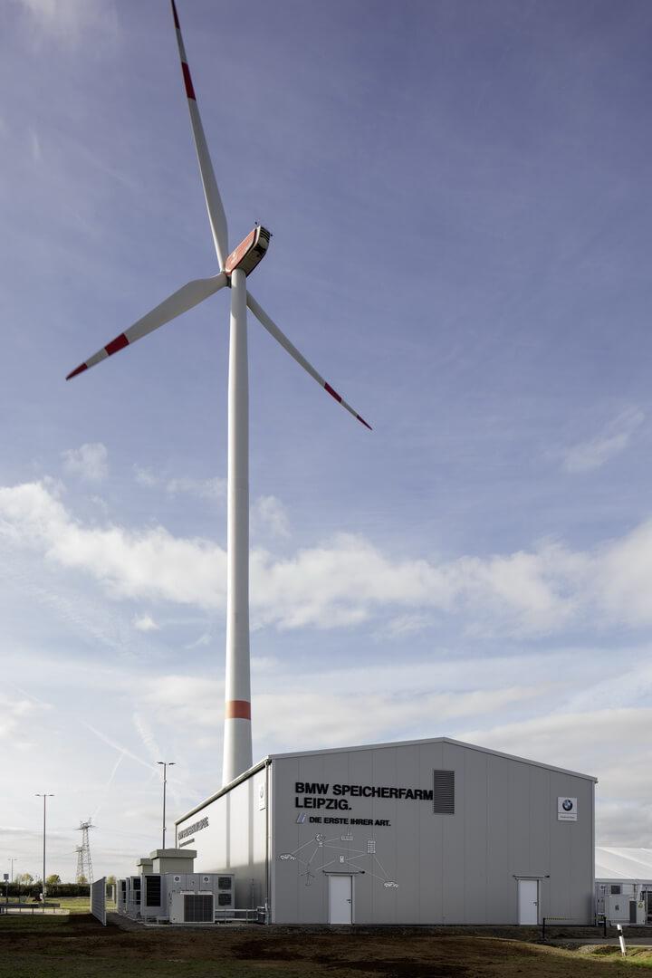 Ветровая турбина, расположенная натерритории завода BMW Battery Storage Farm