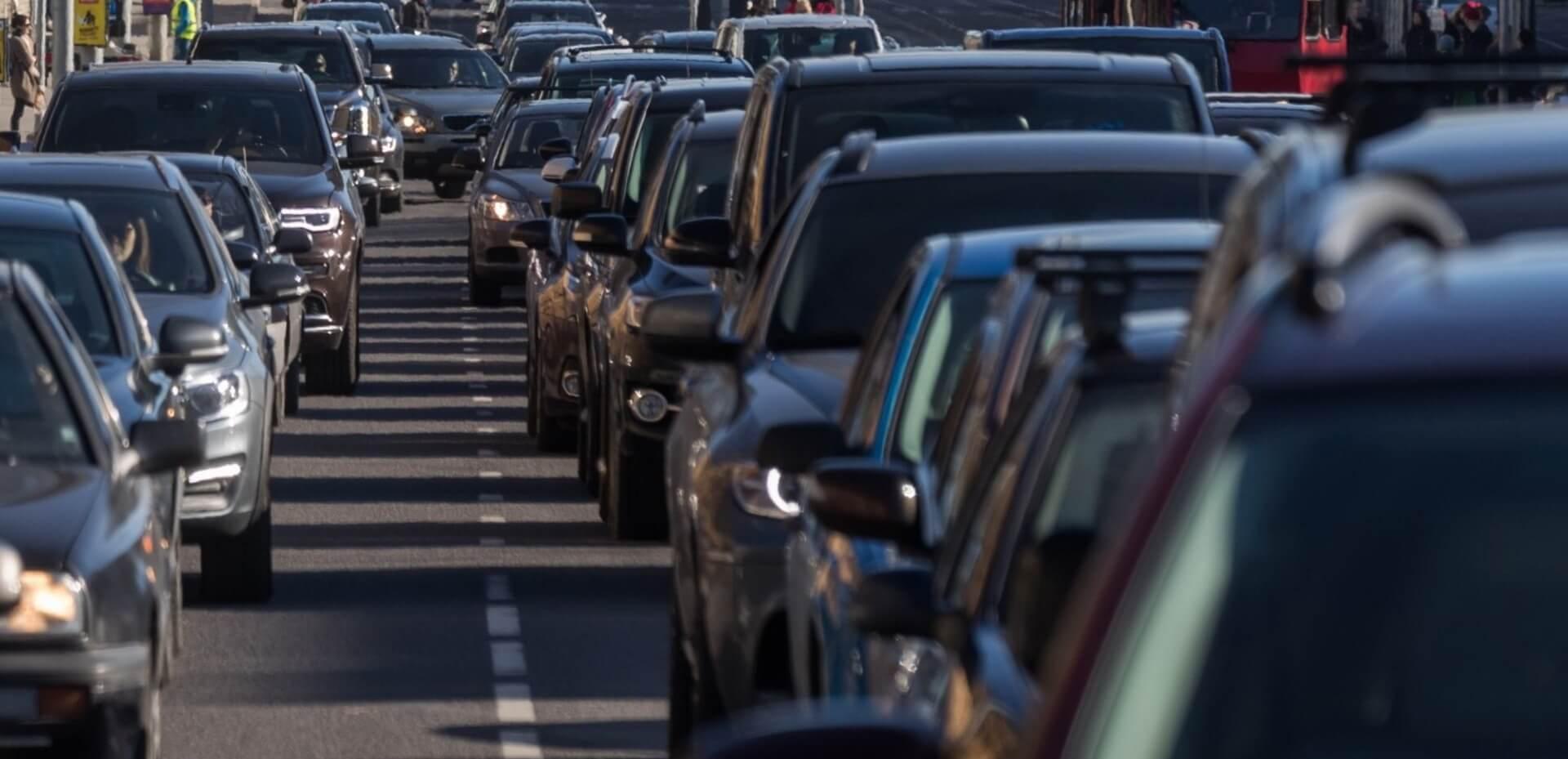 Городской автомобильный трафик с пробками