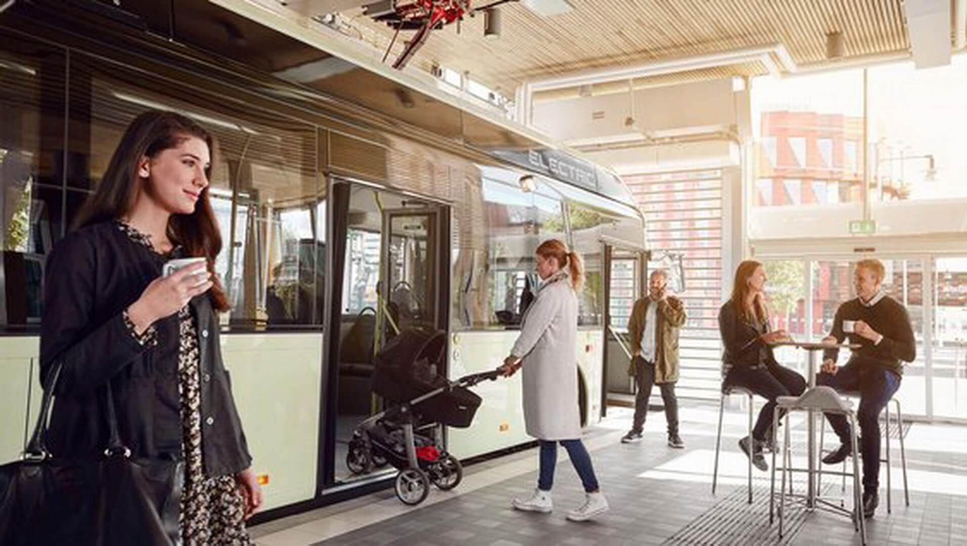 Электрический автобус Volvo 7900 на остановке