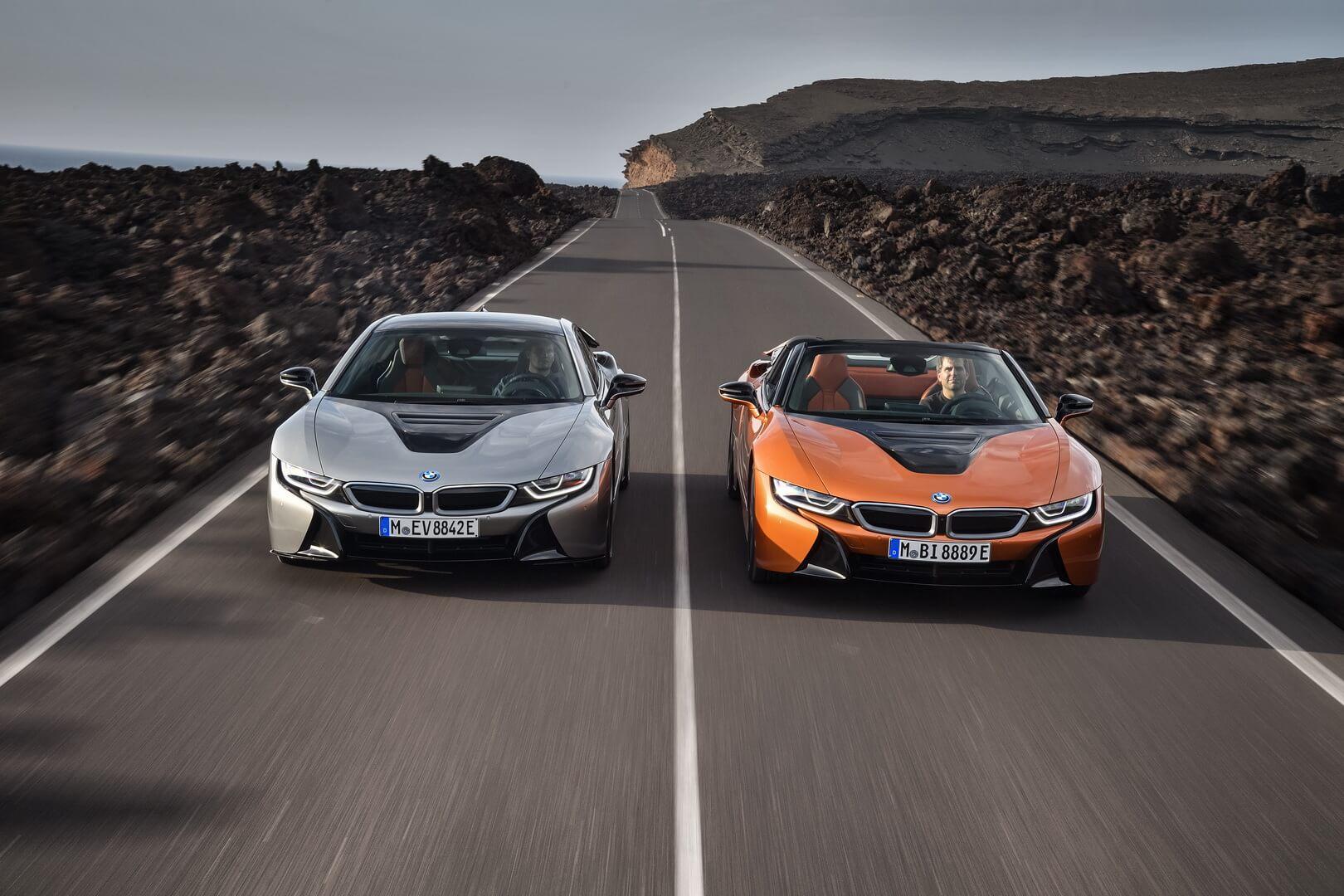 Новые BMW i8Coupe (слева) и BMW i8Roadster (справа)