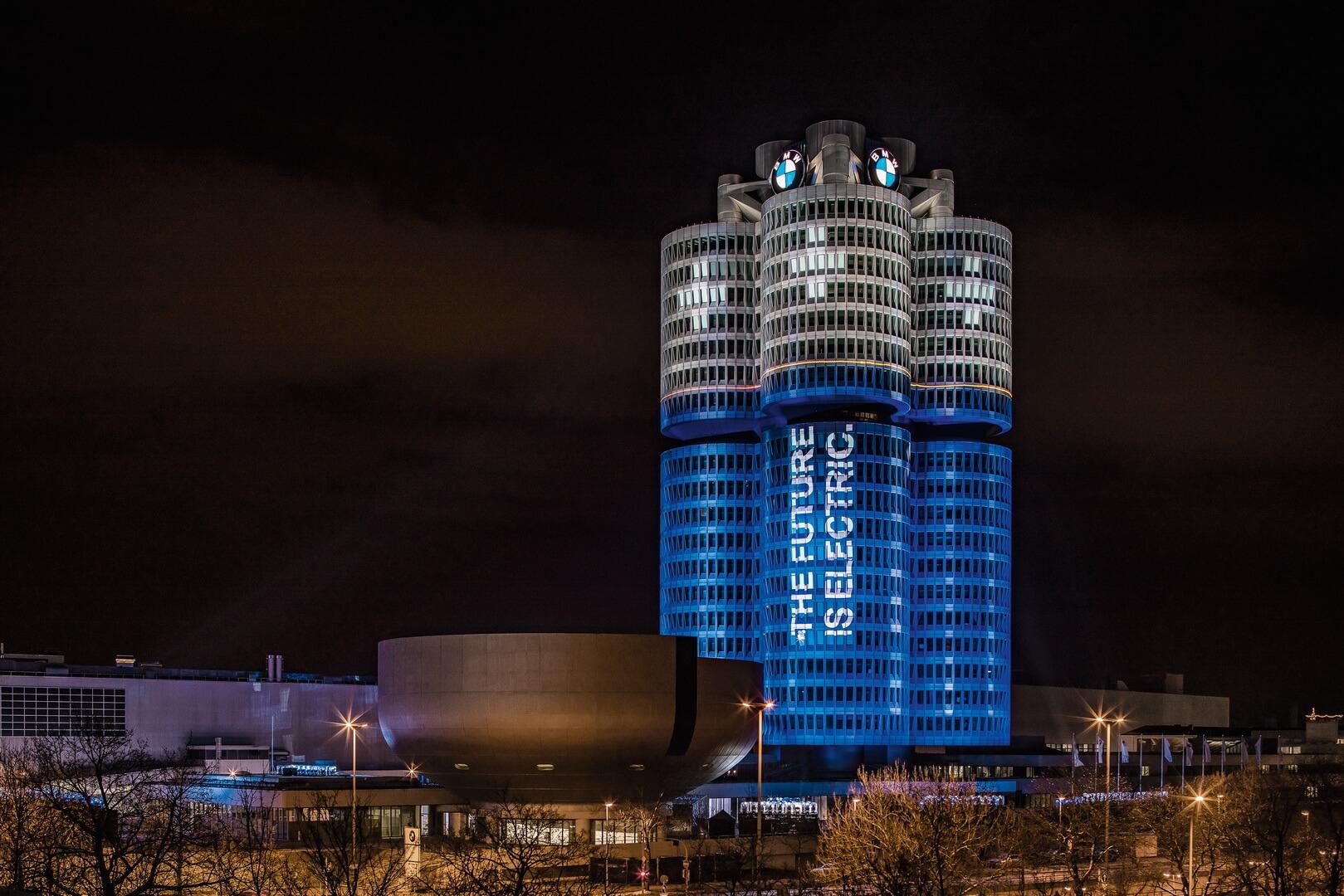 Подсветка штаб-квартиры BMW Group насевере Мюнхена символизирующая технологические изменения