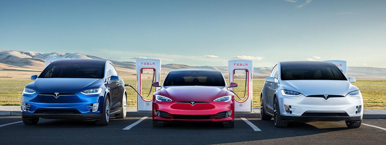 Электромобили Tesla на зарядке от сети быстрых зарядных станций Tesla Supercharger