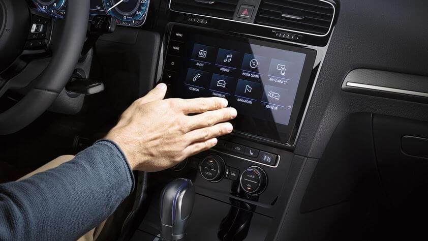 Центральная консоль с дисплеем в Volkswagen Golf GTE