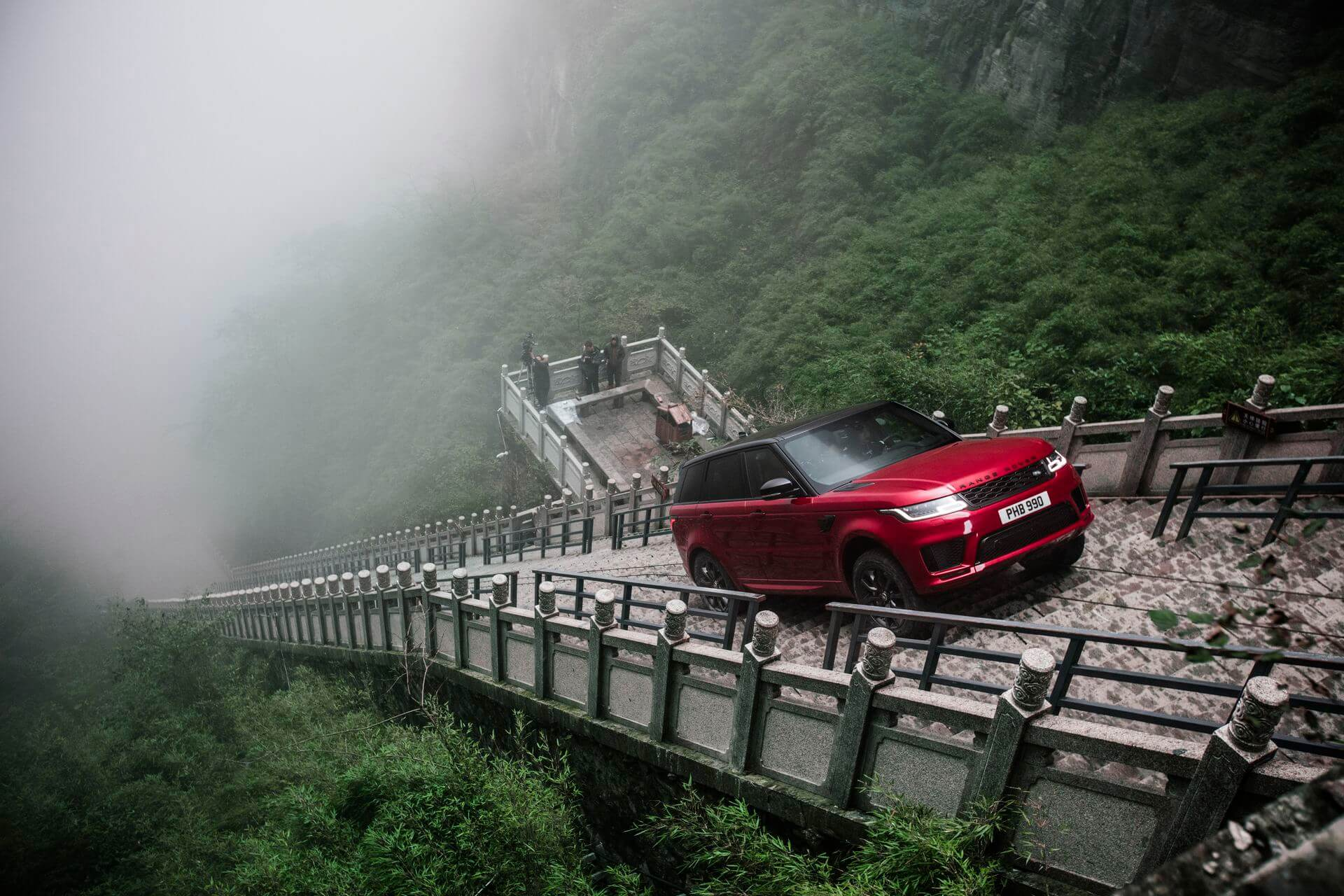 Range Rover Sport plug-in hybrid P400e поднимается вверх под углом 45 градусов