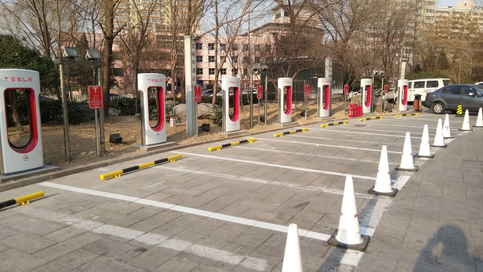 Быстрая зарядная станция Tesla Supercharger с50зарядными пунктами в Пекине