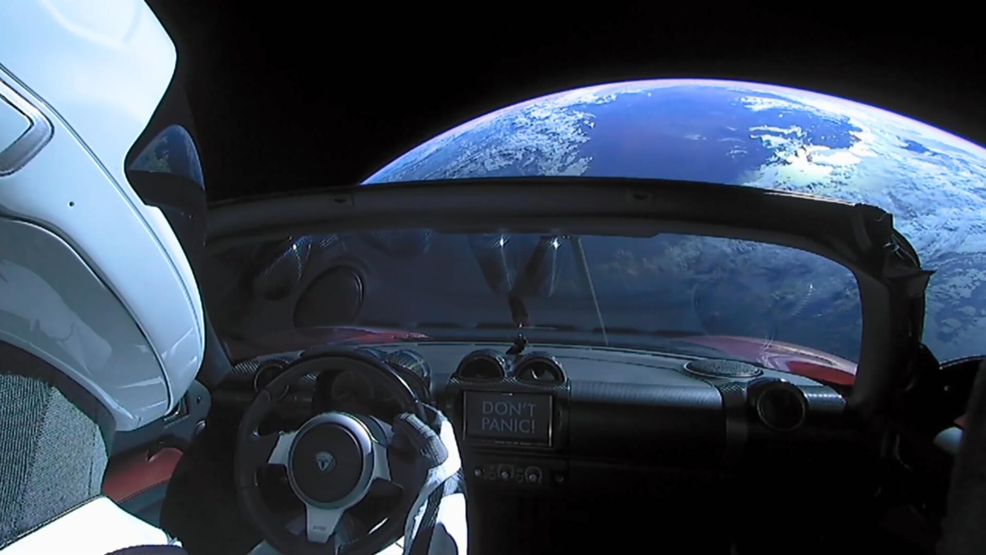 Манекен в скафандре SpaceX внутри Tesla Roadster