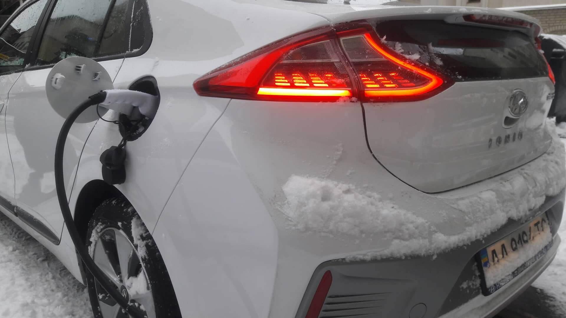 Электромобиль Hyundai Ioniq на зарядке