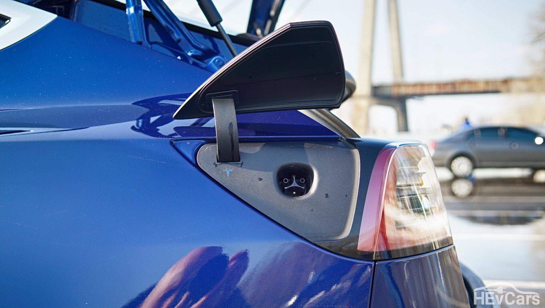 Разъем для зарядки американской версии Tesla Model 3