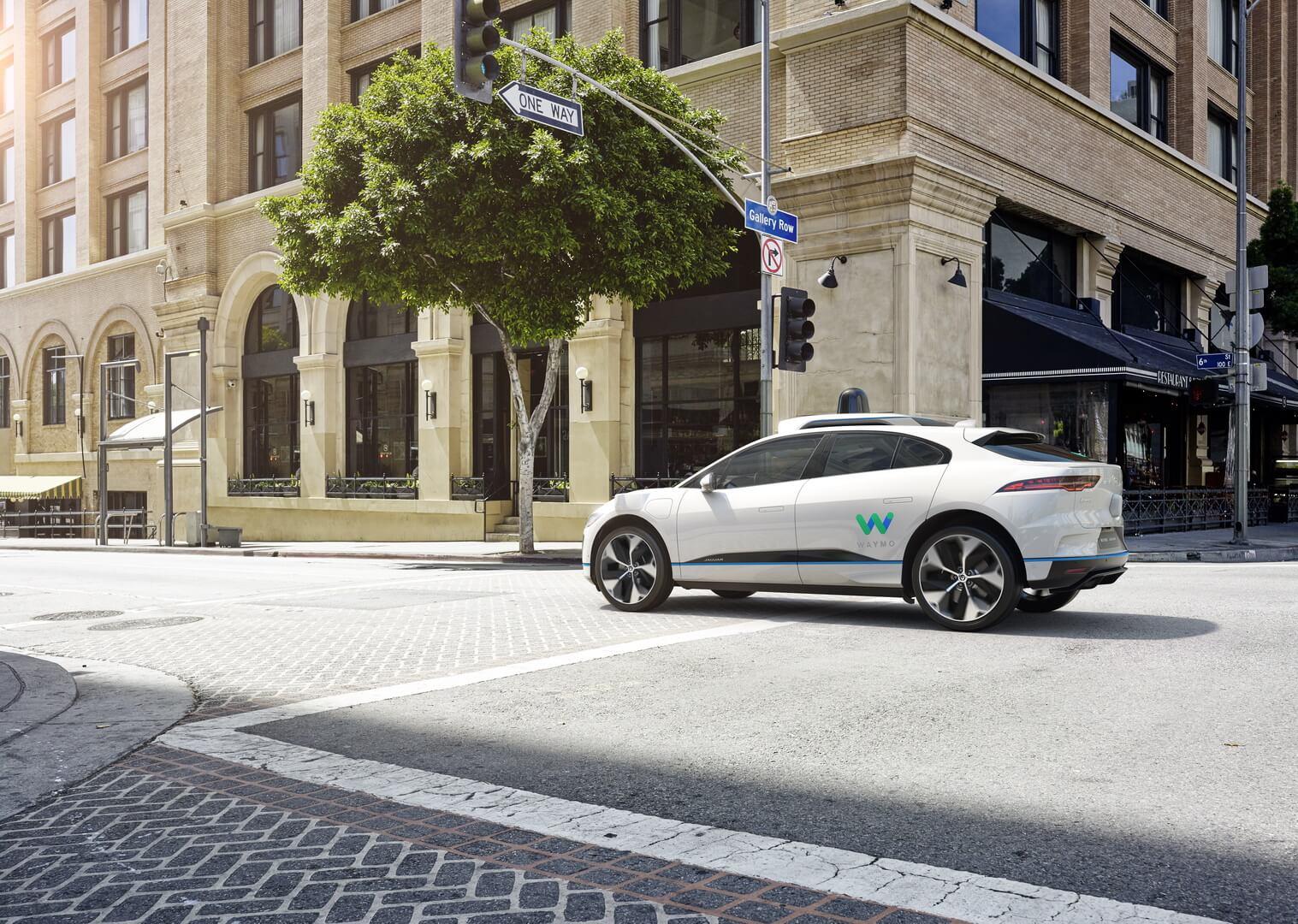 Беспилотный электромобиль премиум-класса Jaguar I-Pace с автономным управлением от Waymo