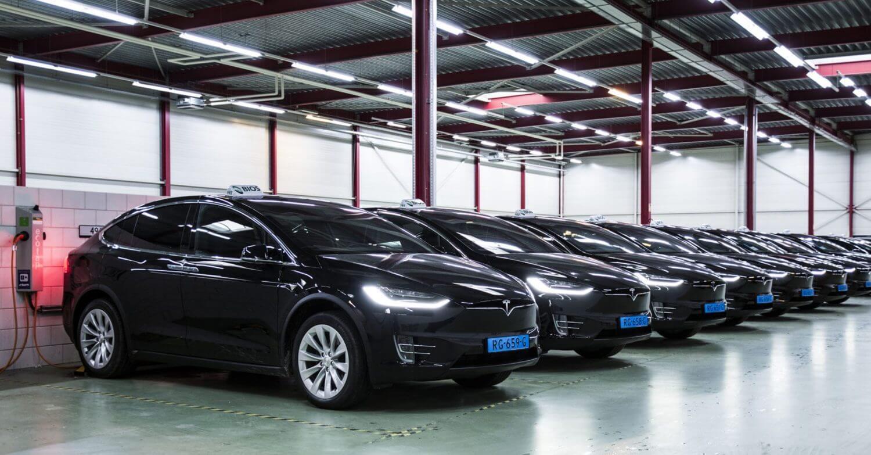Парк такси электромобилей Tesla Model X в аэропорту Амстердама