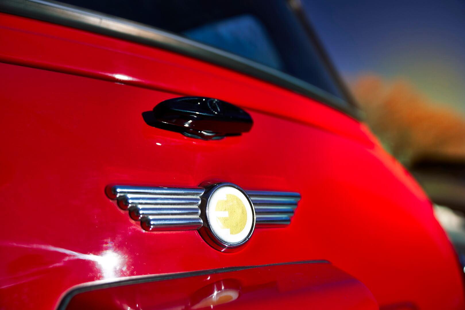 Шильдик, указывающий на природу электромобиля Mini Electric