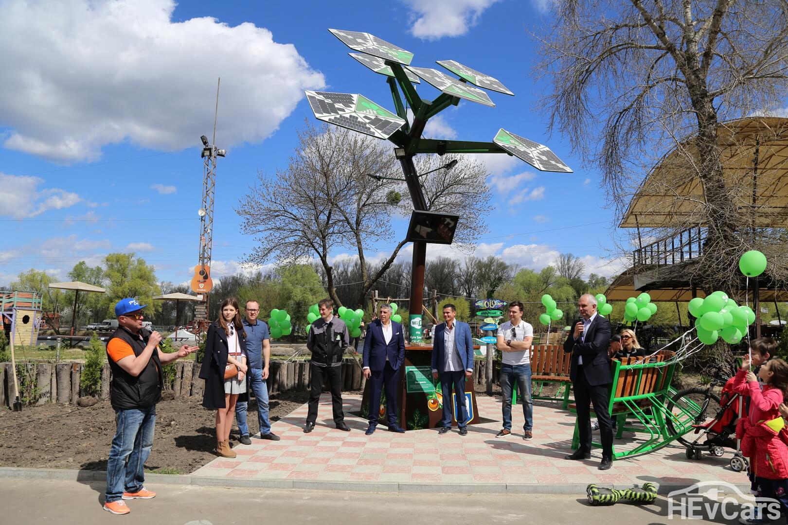 Открытие металлического дерева «Источник-каштан» с солнечными панелями