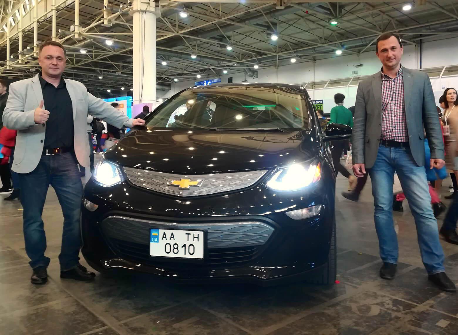 Электромобиль Chevrolet Bolt EV с представителями салона Green Cars