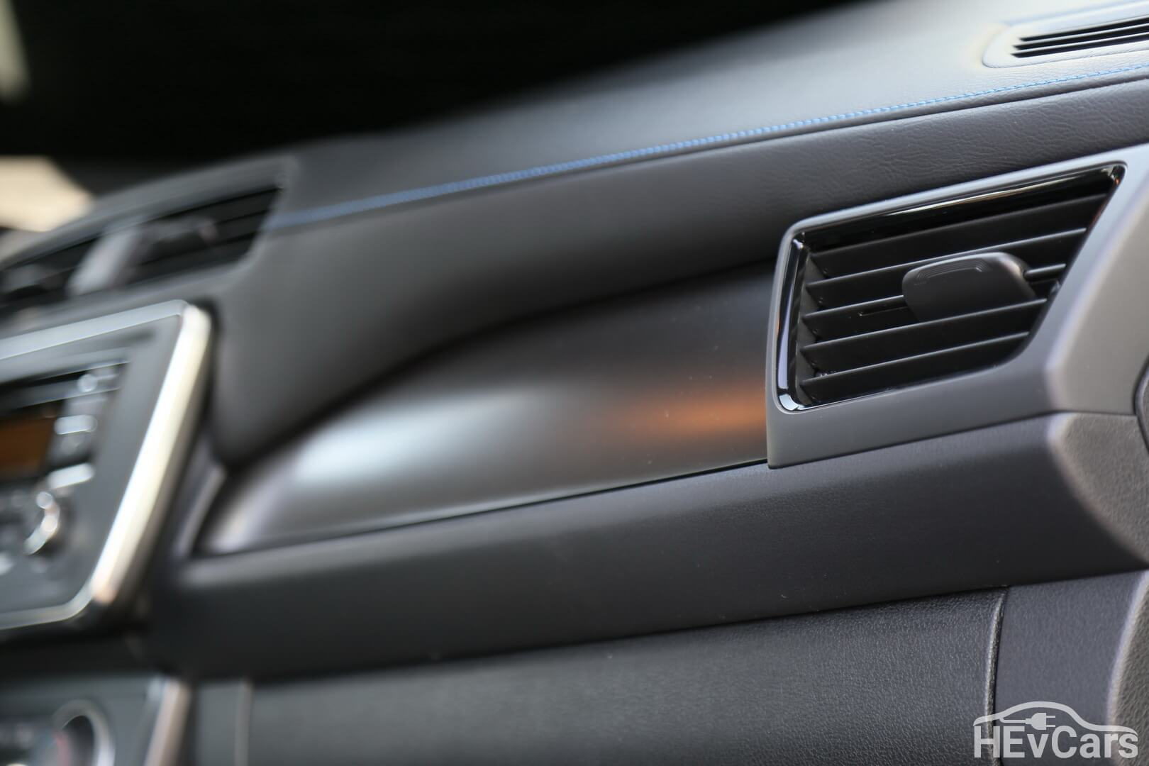 Передняя панель с синей строчкой в Nissan Leaf 2018