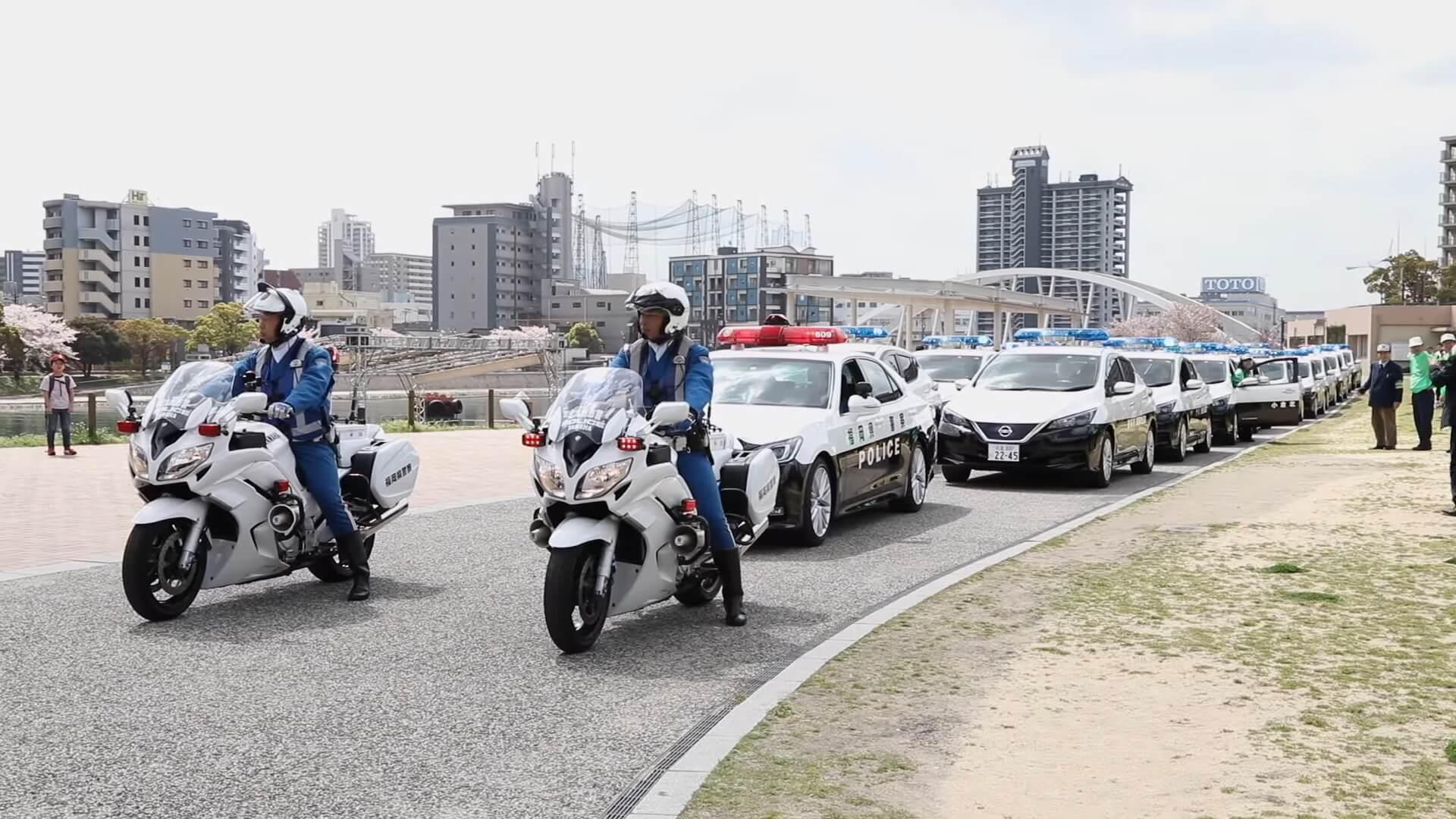 Колонна электромобилей Nissan Leaf полиции японского города Фукуока