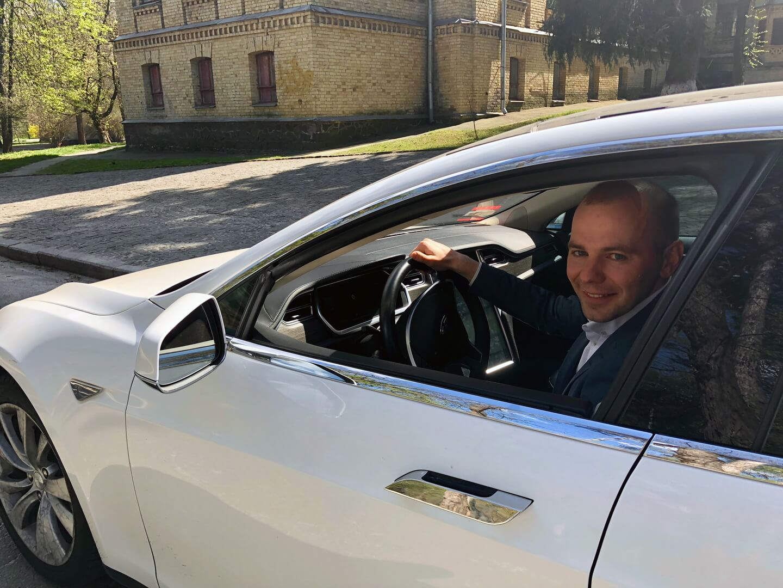 Евгений за рулем Tesla Model S