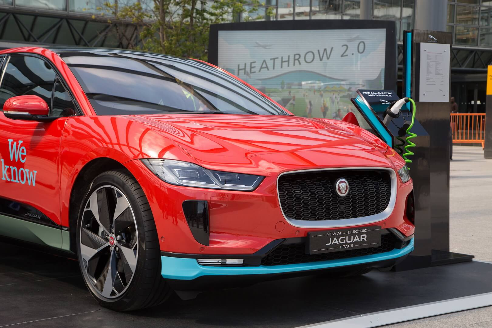 Jaguar I-Pace на зарядке в аэрпорту Хитроу