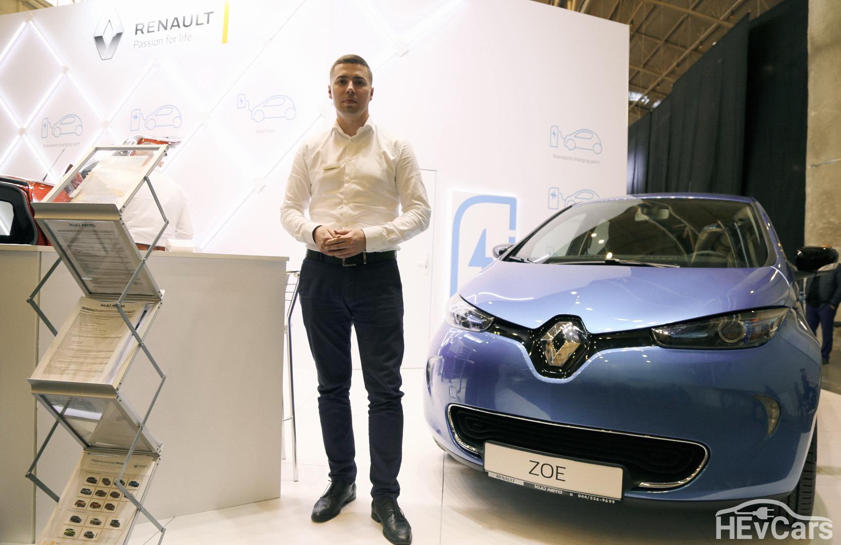 Александр Мытник на выставке EcoDriveExpo 2018 возле стенда Renault