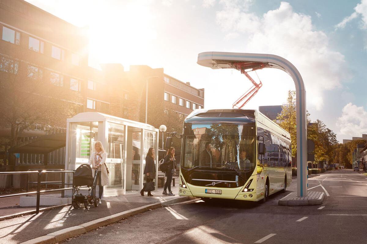 Электрический автобус Volvo с зарядкой на остановке