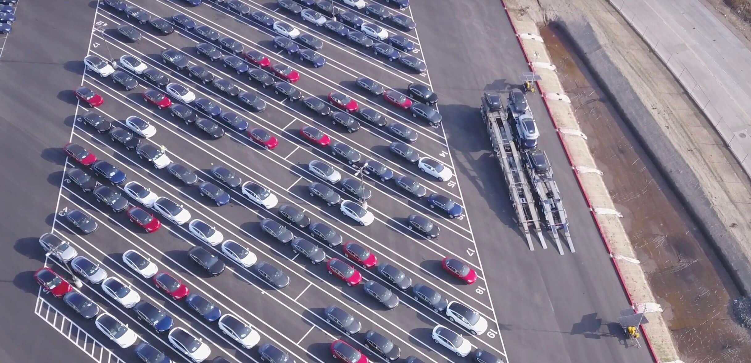 Стоянка выпущенных Tesla Model 3 возле фабрики