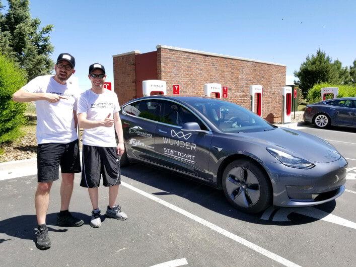 Шон Митчелл и Эрик Стрейт возле Tesla Model 3
