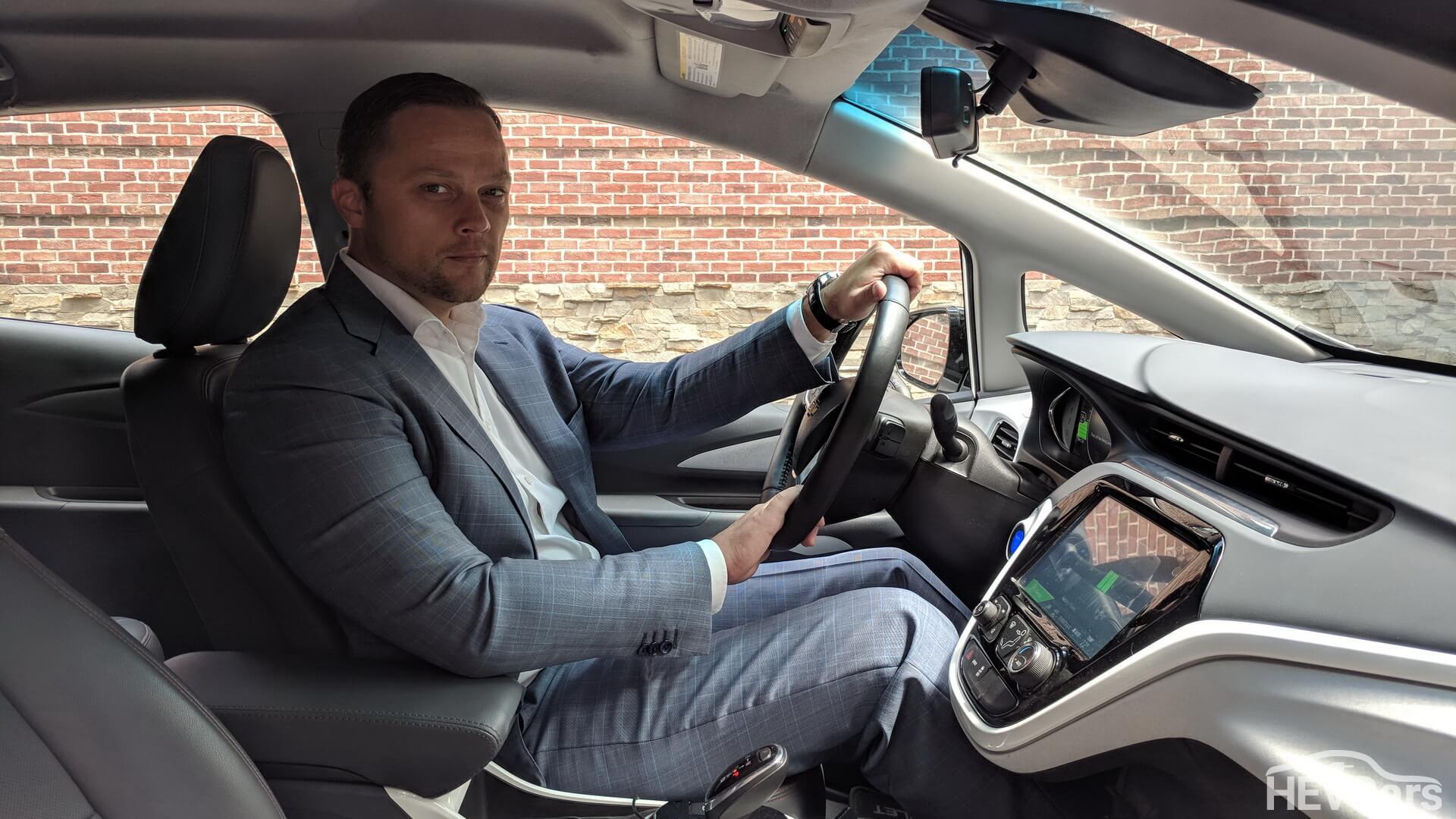 Максим Праздников в электромобиле Chevrolet Bolt