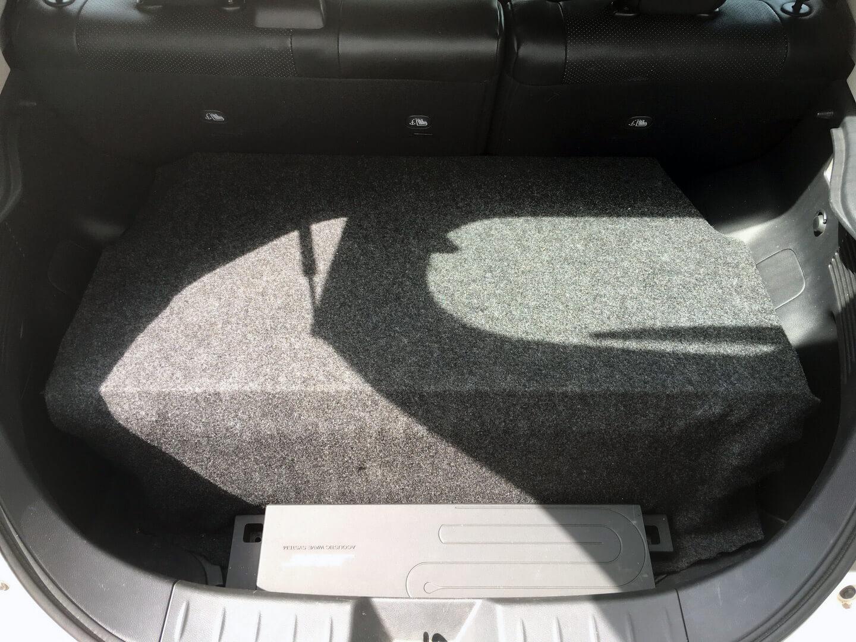 Размещение усилителя Bose и второй батареи в багажнике Nissan Leaf