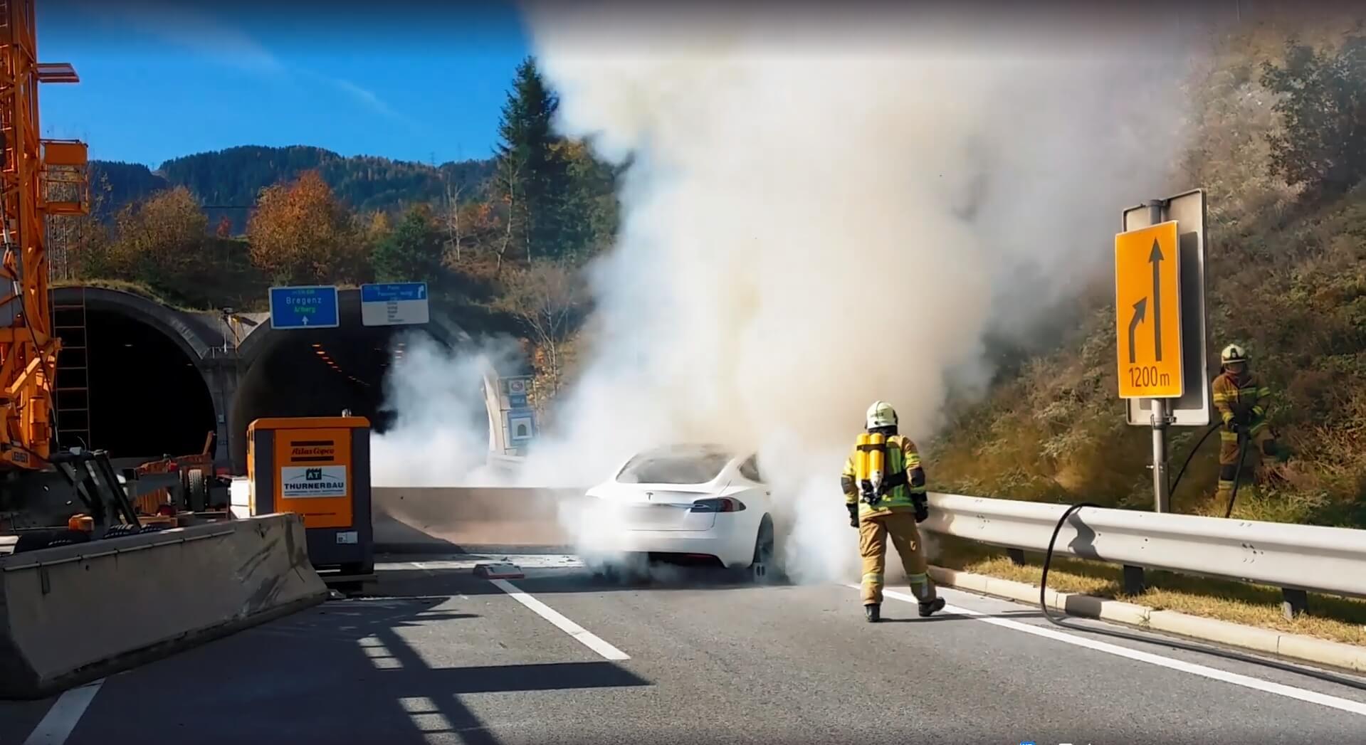 Тушение пожара в электромобиле Tesla Model S