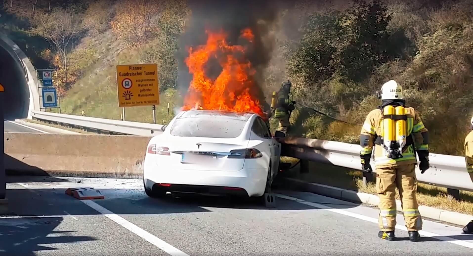 Возгорание электромобиля Tesla Model S, который врезался в бетонный строительный барьер в Австрии